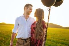 Man och kvinna som ser de i valentindag Arkivfoton