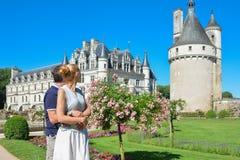 Man och kvinna som ser slottChenonceau den medeltida chateauen i Frankrike Fotografering för Bildbyråer