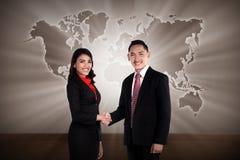 Man och kvinna som skakar handen arkivfoto