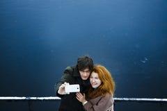 Man och kvinna som skjuter sig, dag som är utomhus- Royaltyfri Fotografi