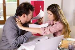 Man och kvinna som slåss om räkningar arkivbild