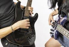 Man och kvinna som spelar gitarren royaltyfri fotografi