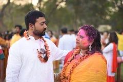 Man och kvinna som spelar holi med färger, och gulal royaltyfri foto