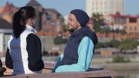 Man och kvinna som talar, innan att jogga stock video