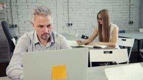 Man och kvinna som tillsammans arbetar på projekt arkivfilmer