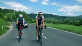 Man och kvinna som tillsammans cyklar
