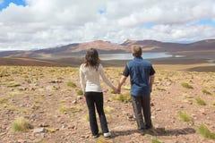 Man och kvinna som tycker om landskapet Arkivbilder