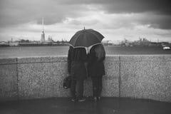 Man och kvinna under ett paraply Royaltyfria Foton