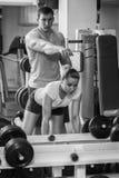 Man och kvinna utbildade i idrottshallen Royaltyfria Foton