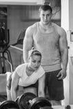 Man och kvinna utbildade i idrottshallen Arkivfoto
