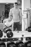 Man och kvinna utbildade i idrottshallen Royaltyfri Foto
