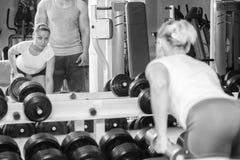 Man och kvinna utbildade i idrottshallen Royaltyfri Fotografi