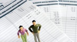 Man- och kvinnaanseende på lönark arkivfoton