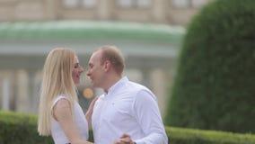 Man- och kvinnadandce i parkerar vid den stora slotten Love Story av att charma par härlig green för bakgrund lager videofilmer