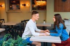 Man- och kvinnadatummärkning i kafé Lyckliga par som dricker kaffe i det friakafé på sommarsemester Arkivfoton