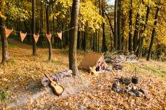 Man- och kvinnafotvandrare som campar i höstnatur Lyckliga barnparfotvandrare som campar i tält Arkivfoto