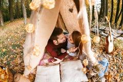 Man- och kvinnafotvandrare som campar i höstnatur Lyckliga barnparfotvandrare som campar i tält Royaltyfri Fotografi