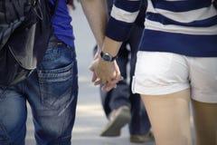 Man- och kvinnahand - in - hand Royaltyfria Foton