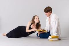 Man- och kvinnaläseböcker tillsammans royaltyfri foto