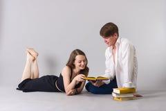Man- och kvinnaläseböcker tillsammans royaltyfri fotografi