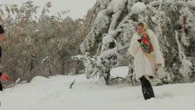 Man- och kvinnamöte i vinterskogen arkivfilmer