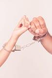 Man- och kvinnas händer som tillsammans handfängslas Royaltyfri Foto