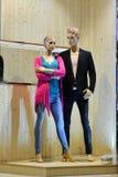 Man- och kvinnaskyltdockan i mode shoppar fönstret Fotografering för Bildbyråer