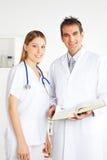 Man och kvinnlig doktor, stående royaltyfri foto