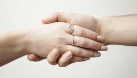 Man och kvinnlig hand Arkivbilder