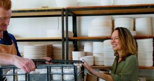 Man och kvinnlig keramiker som till varandra ger höjdpunkt fem 4k lager videofilmer
