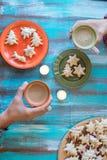 Man- och kvinnlighänder som rymmer koppar kaffe Royaltyfri Bild