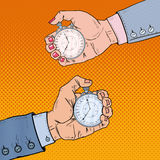 Man- och kvinnlighänder som rymmer stoppuren Tid ledning Retro illustration för popkonst Arkivbild