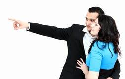 Manen och kvinnan som ser något, bemannar visning med räcka Royaltyfria Bilder