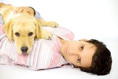 Man och labrador som ser allvarliga fotografering för bildbyråer