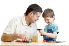 Man och lura barnpojken som grejar bygga bo asken Arkivfoton