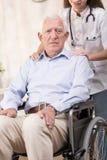 Man och rullstol arkivfoton