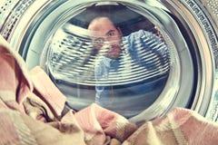 Man och tvättmaskin Fotografering för Bildbyråer