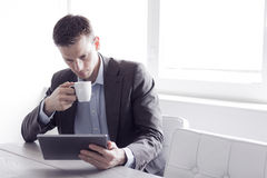 Man on the office using tablet pc Royalty Free Stock Photos