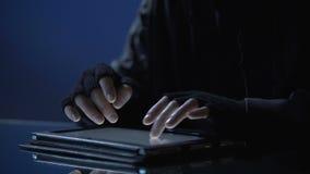 Man olagligt att beskåda förtroliga mappar på minnestavlan, hemligt informationsläckage stock video