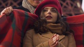 Man omslagvrouw in algemeen, koud weer, paar in en liefde die omhelzen kussen stock videobeelden