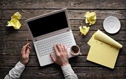 Man overhandigt witte laptop Stock Fotografie