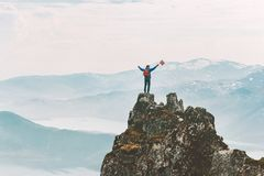 Man på att klättra för bergtoppmöteaffärsföretag arkivbild