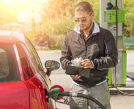 Man på bensinbehållaren Arkivfoto