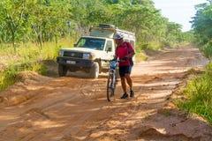 Man på cykeln i Tanzania Fotografering för Bildbyråer