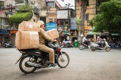 Man på cykeln med askar för leverans Royaltyfria Bilder