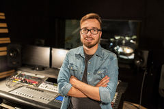 Man på den blandande konsolen i musikinspelningstudio Arkivfoton