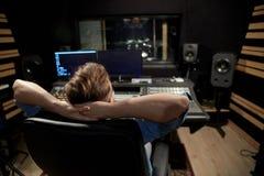 Man på den blandande konsolen i musikinspelningstudio Arkivbilder
