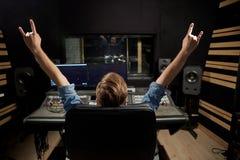 Man på den blandande konsolen i musikinspelningstudio Arkivbild