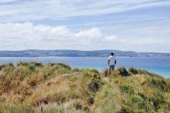 Man på den Gwithian stranden arkivfoto