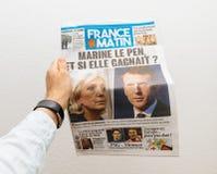 Man på den hållande Frankrike Matin tidningen med Emmanuel Macron först Royaltyfria Foton